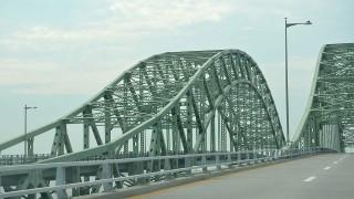 真冬に橋の上をバイクで走行中、豪快にスリップ
