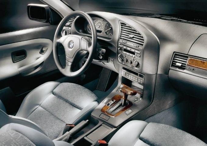 BMW 3シリーズ sedan 1990  (出典:favcars.com)