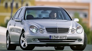 メルセデス・ベンツ Eクラス (3代目 '02-'09):ボディの軽量・高剛性化と共に足回りを改良 [W211]