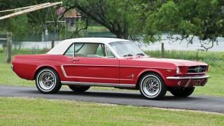 フォード マスタング (初代 '64-'68):ポニーカー、マッスルカーの愛称で親しまれ大ヒット